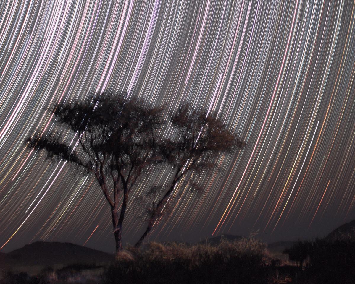 Példa a fényes csillagokra (sok rövid expozíció, nyitott blendével, nagy érzékenységgel). 303 x 30 másodperc, f/1.8, 35mm, ISO 1600, Canon EOS 450D. Weltevrede, Namíbia, 2012. A kép igen sötét, fényszennyezésmentes égen készült. Kiss Péter