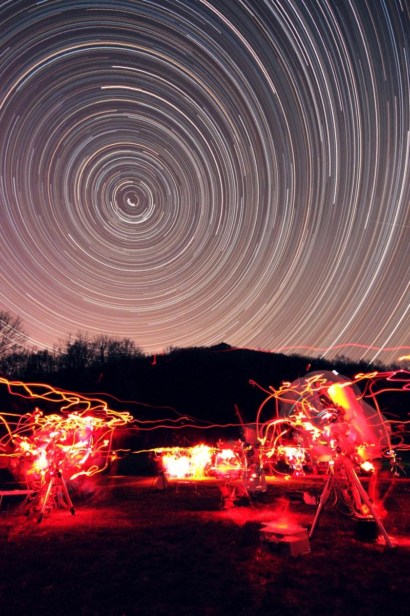 Észak felé néző, egész éjszakás csíkhúzós. 101 x 5 perc, f/6.3, ISO 1600, 10mm, Canon EOS 450D. Ágasvár, Mátra, 2014. A képen jól látszik a Sarkcsillag (Polaris) a körök középpontja mellet. Illetve az objektív torzítása is szembetűnő. Kiss Péter