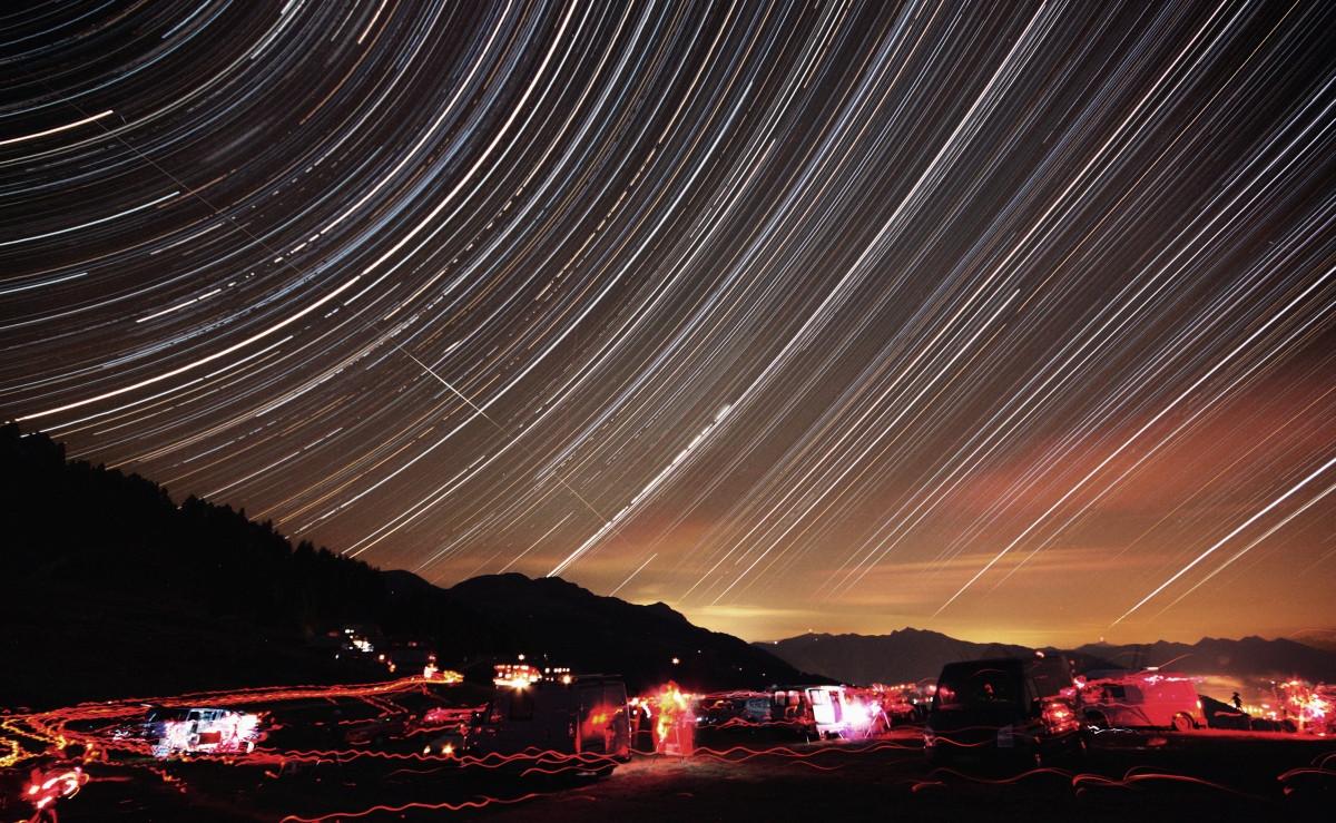 Egész éjszakás csíkhúzós kelet felé. 64 x 8 perc, f/7.1, ISO 1600, 10mm, Canon EOS 450D. Emberger Alm, Alpok, Ausztria, 2014. Balra fent a csíkok azért szaggatottak, mert a hegyekhez tapadt felhők egész éjszaka jöttek-mentek. A csillagokra merőleges csíkot a Nemzetközi Űrállomás (ISS) hagyta. Kiss Péter