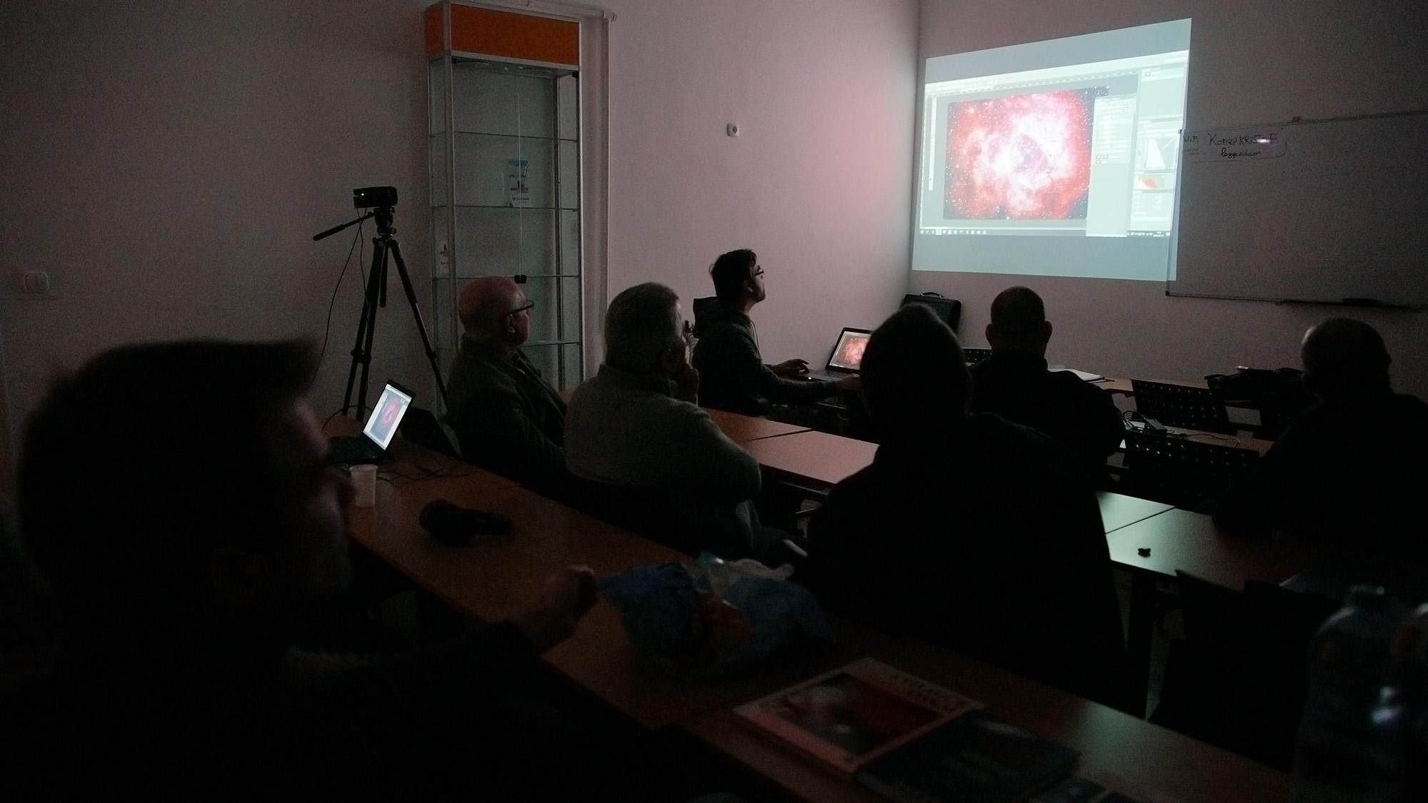 Feltóti Péter a Rozetta-köd fotója felett magyaráz hasznos információkat az UHC szűrős képek kombinációjáról.