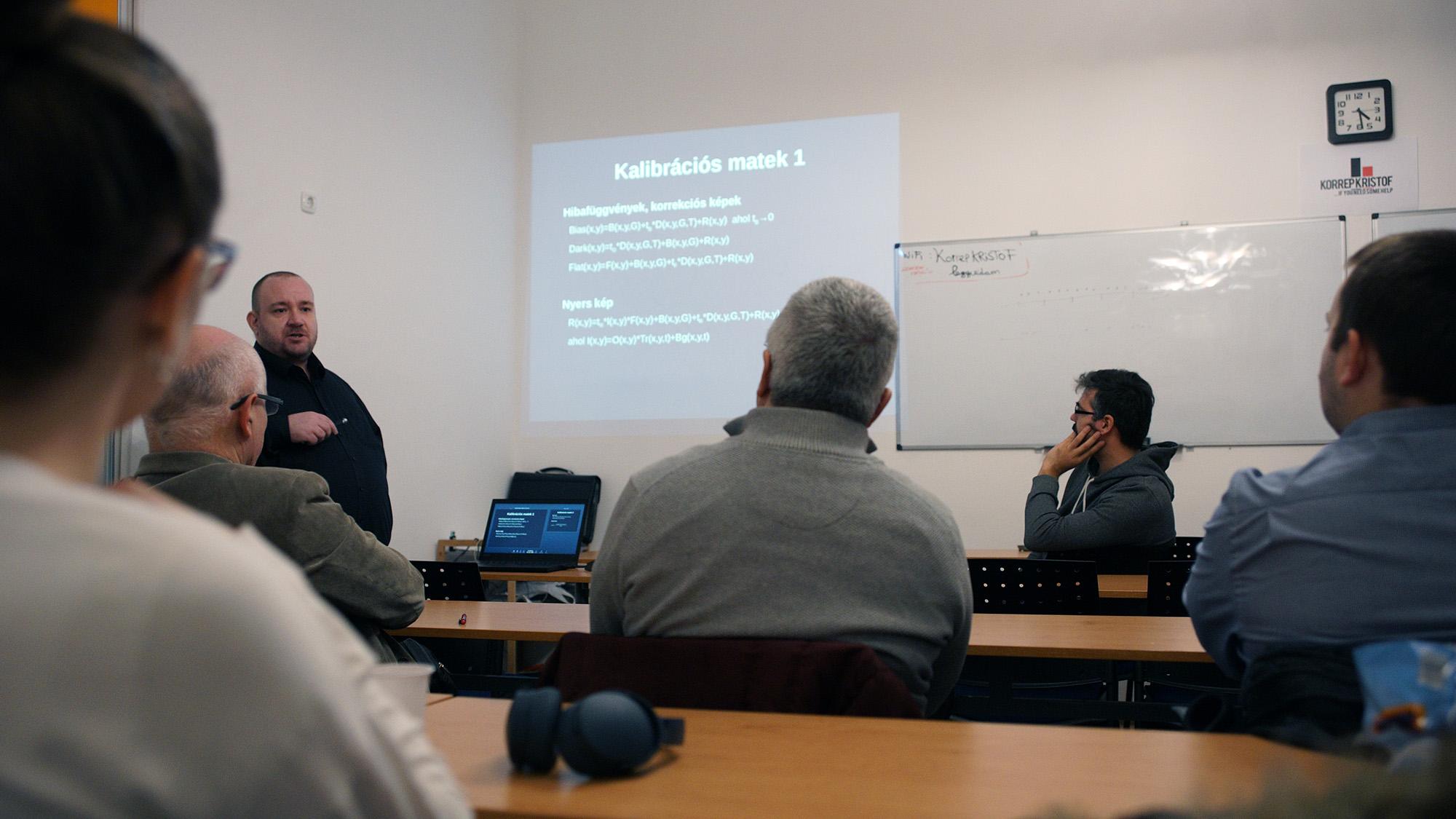 Tóth Gábor informatikus a képkalibráció matematikájáról tart előadást