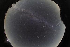 Nyári égbolt a C/2020 F3(NEOWISE) üstökössel és a Nemzetközi Űrálomással (ISS)