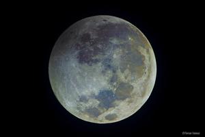 Színes Hold a félárnyékkal