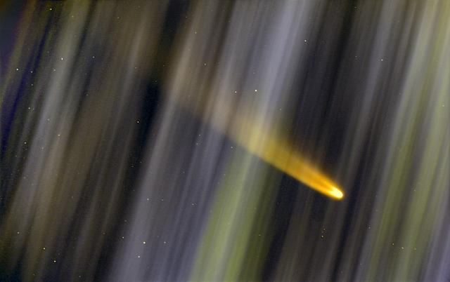 A C/2020 F3 (NEOWISE) üstökös NLC-be burkolózva